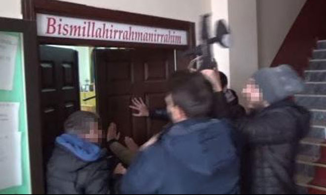 Cemevinin Kapısını Tekmeyle Kırıp Gaz Bombası Attılar