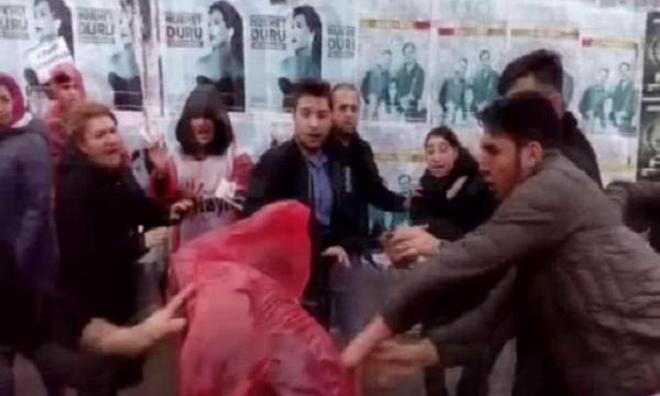 Kadınlara Tekmeli Yumruklu Saldırı