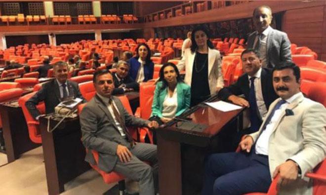 """CHP Meclis'te """"Demokrasi Nöbeti"""" Başlattı"""