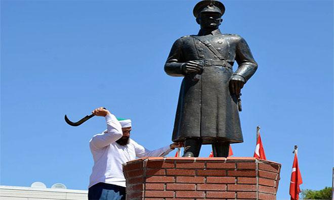 """""""Dinimizde Putpereslik Yok"""" Deyip Atatürk Büstüne Saldırdı"""